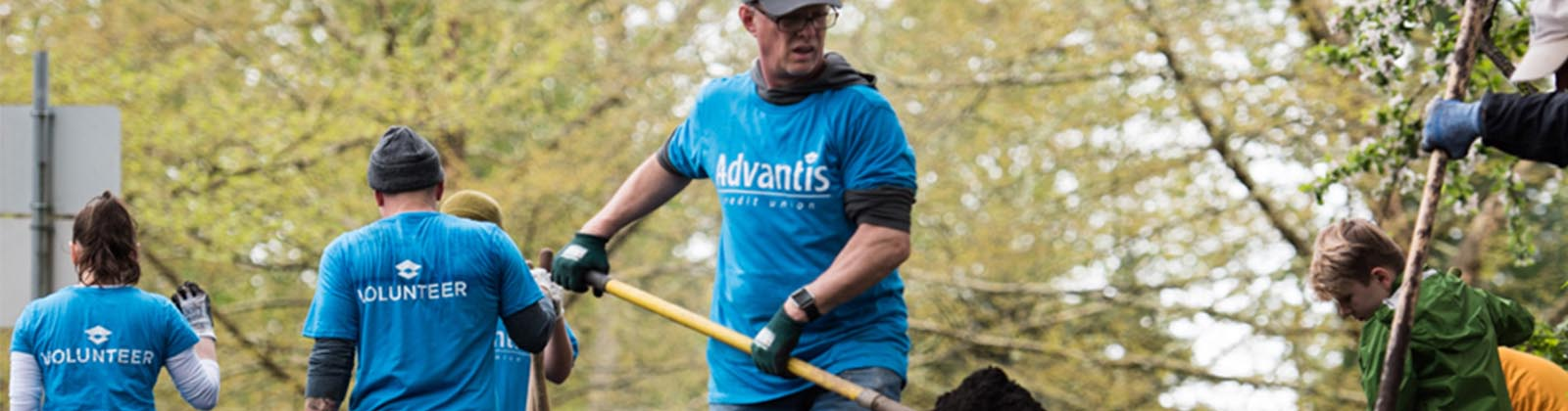 Advantis volunteers distributing bark mulch with SOLVE
